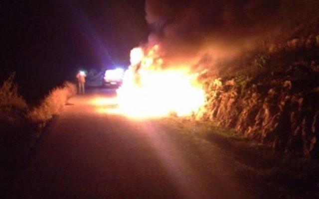 La voiture en feu dans l'attentat à la bombe incendiaire en Cisjordaniei  - 25 décembre 2014 (Crédit : capture d'écran Channel 2)