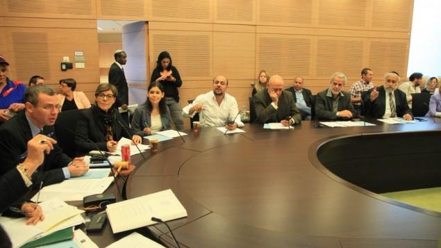 Les membres de la Commission des finances de la Knesset approuvent le projet de dissolution lundi 8 décembre (Crédit : Bureau du porte-parole de la Knesset)