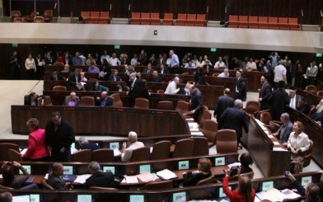 Les députés israéliens à la Knesset  lors de sa dissolution le 8 décembre 2014 (Crédit : Porte-parole Knesset)