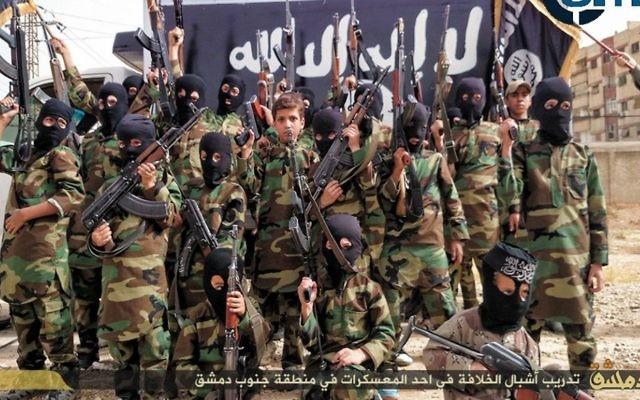 """""""Les Jeunesses du califat"""". Ces enfants reçoivent un entraînement militaire dans un camp près de Damas (Crédit : SITE Intel Group)"""