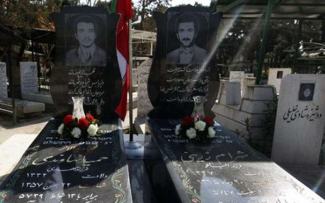 Les tombes de soldats juifs iraniens à Téhéran qui sont tombés pendant la guerre Iran-Irak dans les années 1980, le 15 décembre, 2014. (Crédit : IRNA)