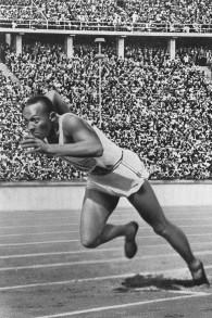 Jesse Owens au départ du sprint de 200 metres en 1936 aux Jeux olympiques de Berlin (Crédit : Wikipedia)