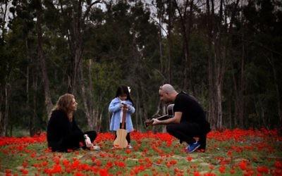 Laura Bialis, Avi Vaknin et leur fille à Sderot (Crédit : Laura Bialis)