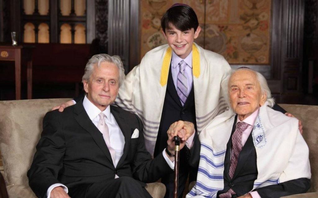 Kirk Douglas (à droite), avec son fils Michael et son petit-fils Dylan à la bar-mitsvah de Dylan, en mai 2014. (Crédit : Infinity Kornfeld Studios / JTA)