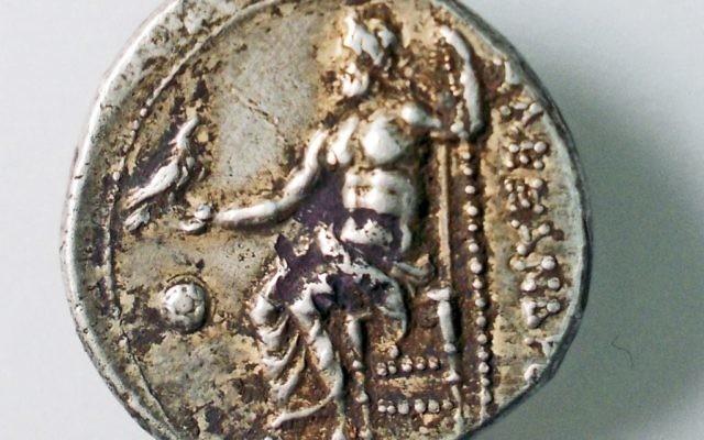 La pièce estampillée avec l'image de Zeus et Alexandre (Crédit : Robert Kool, autorisation de l'Autorité israélienne de l'antiquité)