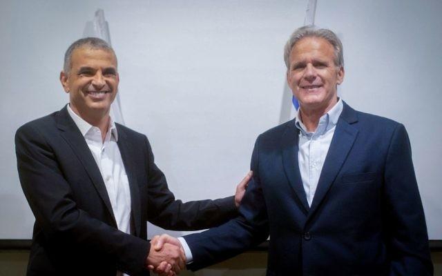 L'ancien ambassadeur israélien aux Etats-Unis, Michael Oren, annonce sa candidature à la Knesset aux côtés du leader du parti Kulanu, Moshe Kahlon, le 24 décembre 2014. (Crédit : Ben Kelmer/Flash90)