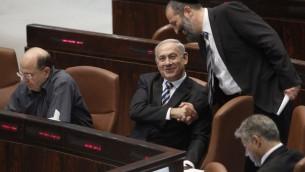 Le Premier ministre Benjamin Netanyahu et le président du Shas Aryeh Deri pendant une session à la Knesset (Crédit : Miriam Alster/Flash90)