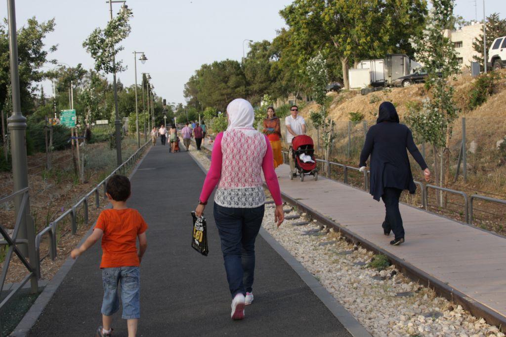 Le Railway Park de Jérusalem, parfait pour les joggers, les vélos, les fauteuils roulants et les promeneurs (Crédit : Shmuel Bar-Am)