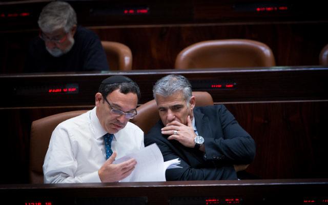 Le député Yesh Atid, Shai Piron, avec l'ex-ministre des Finances, Yair Lapid à la Knesset le 26 novembre 2014 (Crédit : Miriam Alster/Flash90)