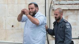 Le président de Lehava Benzi Gopstein amené à la cour de Jérusalem, le 16 décembre 2014 (Crédit phhoto: Yonathan Sindel / Flash90)