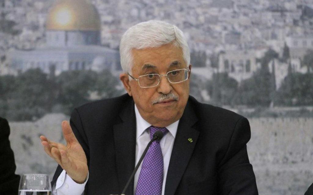 Le président de l'Autorité palestinienne dans son bureau à Ramallah (Crédit : Issam Rimawi/Flash90)