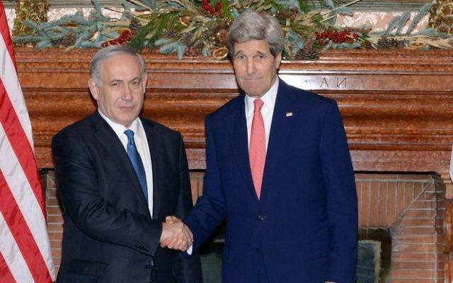 John Kerry, alors secrétaire d'Etat américain, et le Premier ministre Benjamin Netanyahu à Rome, le 15 décembre 2014. (Crédit : Amos Ben Gershom/GPOFlash90)