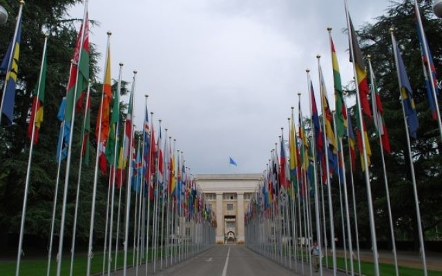 Les drapeaux devant le Palais des Nations de l'ONU à Genève (Crédit : CC BY kevingessner/Flickr)