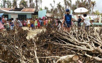 Les enfants et les volontaires d'IsraAID après le typhon Hagupit le 22 décembre 2014 (Crédit : Autorisation IsraAID)