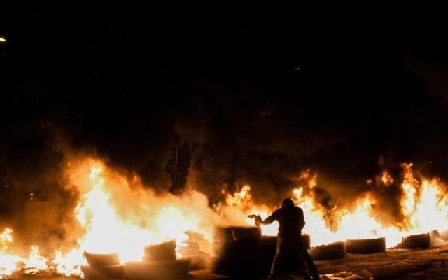 Les habitants de Givat Amal brûlent des pneus, le 29 décembre 2014. Illustration. (Crédit : Amir Levi/Flash90)