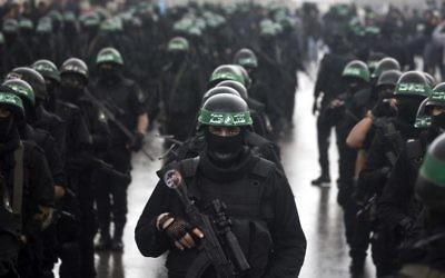 Les membres de la brigade Al-Qassam, participant au défilé marquant les 27ème de la création du mouvement islamiste le 14 décembre à Gaza (Crédit : AFP/Mahmud Hams)