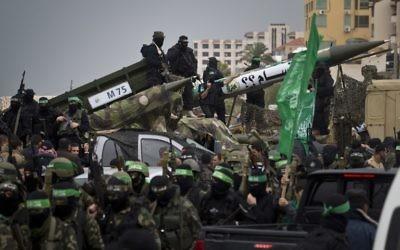 La branche armée du Hamas, les brigades Ezzedine al-Qassam, lors d'un défilé le 14 décembre 2014. (Crédit : Mahmud Hams/AFP)