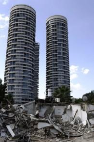 Les nouvelles tours de Givat Amal à Tel Aviv avec au premier plan les maisons détruites en septembre 2014 (Crédit : Tomer Neuberg/Flash90)