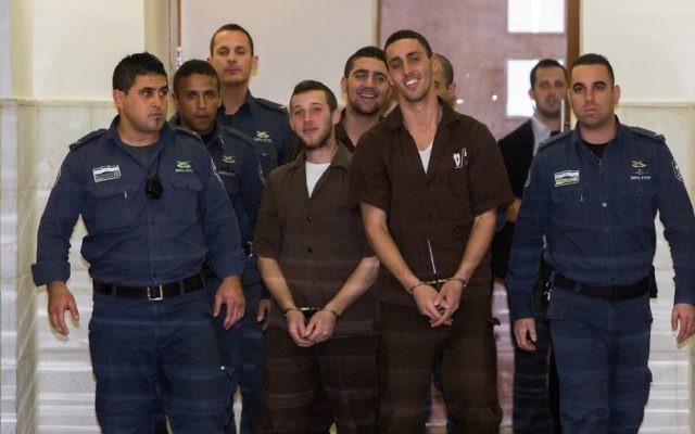 Les trois membres de Lehava suspectés d'avoir mis le feu à l'école bilingue lors de leur audience devant la cour de district de Jérusalem le 15 décembre 2014 (Crédit : Yonathan SindelFlash90)