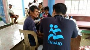 Les volontaires d'IsraAid proposant leur aide après le typhon Hagupit  le 22 décembre 2014. (Crédit Autorisation IsraAid)