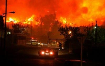 L'incendie du Carmel, pendant la période de Hanoukka en 2010 (Crédit : Autorisation de la production de Fierelines)