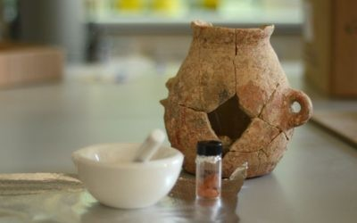 L'un des pots en terre reconstruits à partir des tessons retrouvés près d'Ein Zippori en Basse Galilée (Crédit : Autorisation de l'Autorité israélienne des Antiquités)