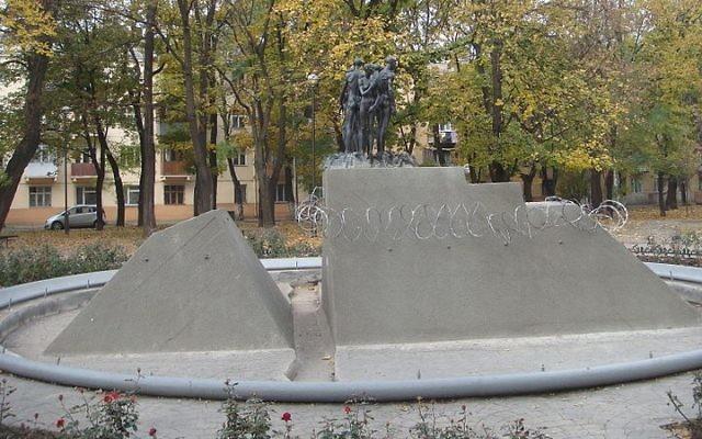 Monument de commémoration pour les victimes de l'Holocauste d'Odessa en Ukraine (Crédit : HOBOPOCC/Wikimedia Commons/File)