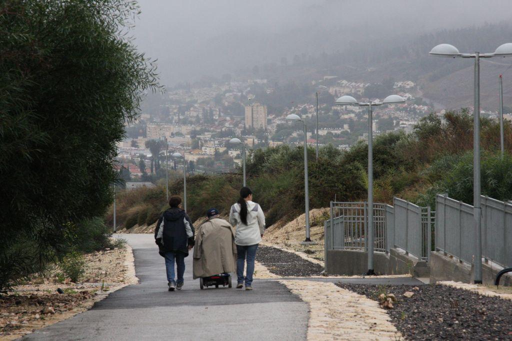 Retour à la maison en empruntant le chemin de Tel Hai à Kiryat Shomna (Crédit : Shmuel Bar-Am)