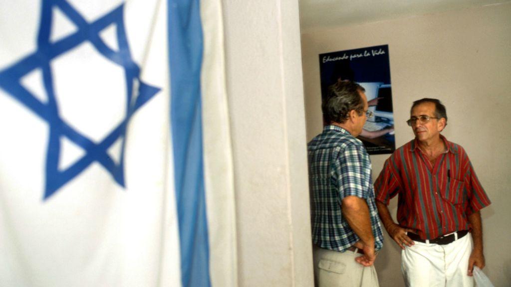 Un drapeau israélien sur les murs du centre de la communauté juive à La Havane, Cuba (Crédit : Serge Attal/Flash90)