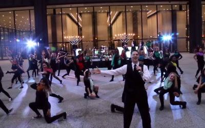 Capture d'écran de la vidéo sur Hanoukka (Crédit : YouTube)