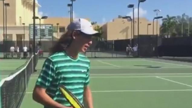 Yshai Oliel remporte les jeux junior Orange Bowl à Coral Gables, en Floride, le 23 décembre 2014 (Crédit : Youtube capture d'écran)