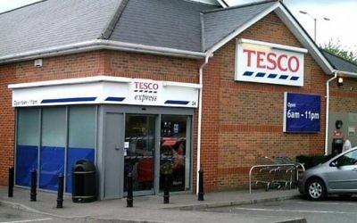 Enseigne d'un supermarché Tesco au Royaume-Uni (Crédit : CC-BY-SA Gary Houston/Wikimedia Commons)
