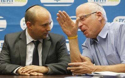 Naftali Bennett (à gauche),  avec le ministre Uri Ariel lors d'une réunion à la Knesset le 28 décembre 2013 (Crédit photo: Miriam Alster/Flash90)