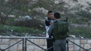 Un police des frontières israélien vérifie les papiers d'un habitant Arabe israélien de Jabel Mukaber le 19 novembre 2014 (Crédit : Nati Shohat / flash 90)