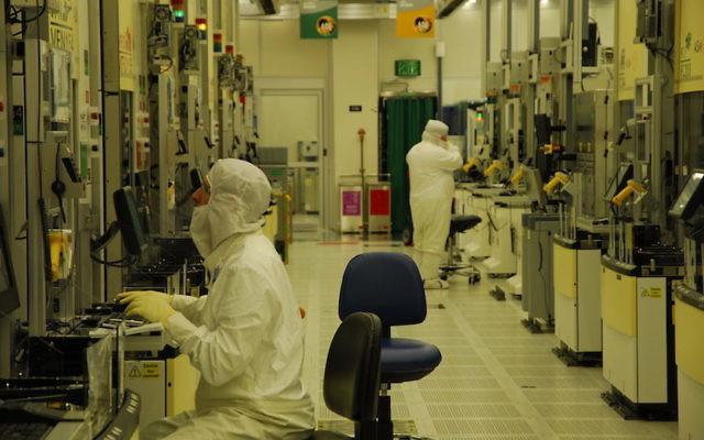 Des salariés d'Intel travaillant à l'usine de Kiryat Gat  (Crédit : autorisation)