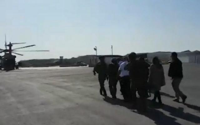 Le service de premiers secours Magen David Adom et le personnel médical utilisent un hélicoptère de Tsahal pour évacuer un bébé palestinien vers un hôpital israélien, le 27 décembre 2014. (Crédit : capture d'écran YouTube/Ynet)