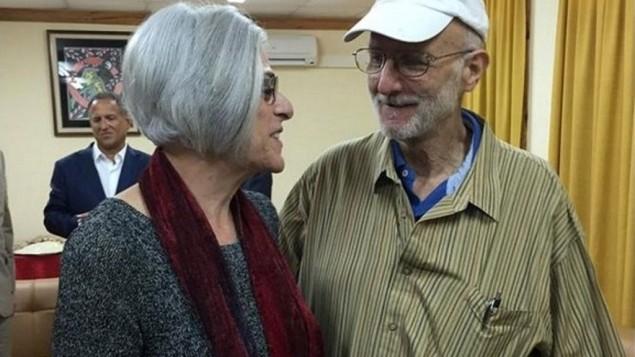 Cette photo provient du bureau du compte Twitter du sénateur américain Jeff Flake. Elle montre Alan Gross et son épouse Judith avant de quitter Cuba le 17 décembre, 2014. (Crédit : AFP PHOTO / Jeff Flake / DOCUMENT)