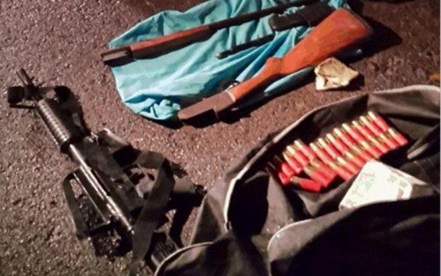 Armes découvertes par une équipe composée du Shin Bet, de la police, et de l'armée en octobre et en novembre 2014. Elles allaient servir à une cellule de Cisjordanie pour commettre une attaque à Tel Aviv (Crédit : Shin Bet)