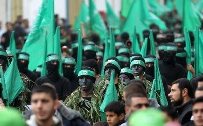Défilé des membres des brigades Ezzedine al-Qassam, branche armée du Hamas, lors d'un rassemblement à l'occasion du 27e anniversaire du mouvement, dans le camp de réfugiés Nuseirat, le 12 décembre 2014. (Crédit : AFP/Said Khatib)