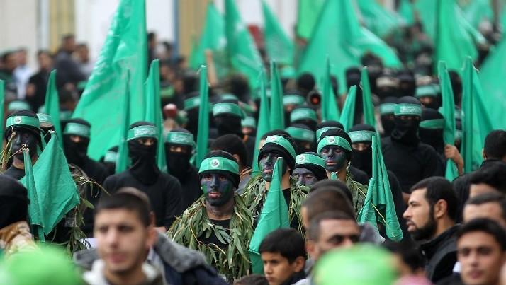 Défilé des membres des brigades Ezzedine al-Qassam, branche armée du Hamas, lors d'un rassemblement à l'occasion du 27e anniversaire du mouvement, dans le camp de réfugiés Nuseirat, le 12 décembre 2014. (Crédit : AFP/ SAID KHATIB)