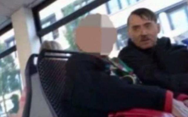 Emin Djinovci, la réincarnation d'Adolf Hitler se déplace partout avec une copie de Mein Kampf. (Crédit : Capture d'écran YouTube)