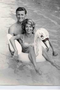 Kirk Douglas et sa femme Anne à la piscine (Crédit : Kirk and Anne Douglas/JTA)