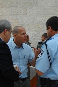Le codirecteur d'Abraham Fund, Beeri-Sulitzeanu, en discussion avec un policier israélien (Crédit : autorisation de l'Abraham Fund Initiatives)