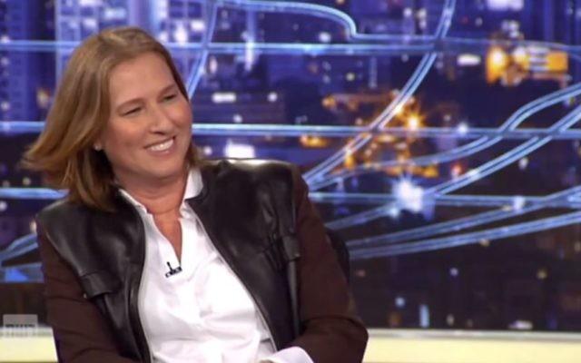 Tzipi Livni à l'émission satirique du samedi soir le 13 décembre 2014 (Capture d'écran : Deuxième chaîne/YouTube)