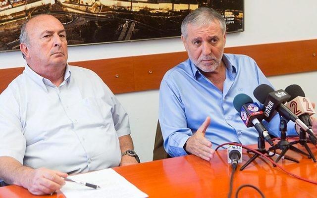 L'ancien ministre Meir Cohen (à droite) avec Elie Elalouf, ancien directeur de la Fondation Rachi (Crédit : Miriam Alster/FLASH90)