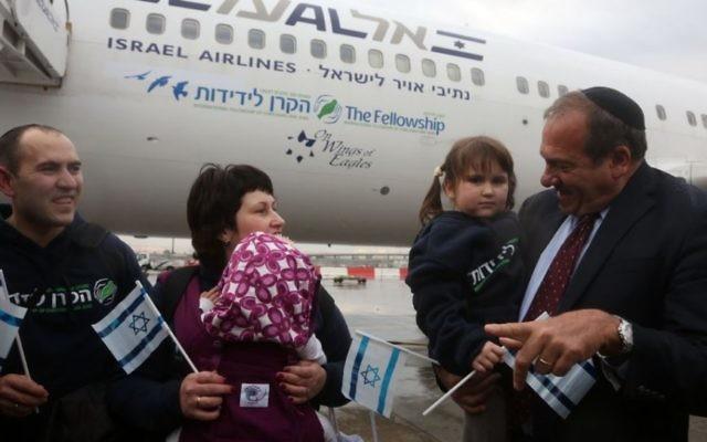 """Le rabbin Yechiel Eckstein avec certains des 224 réfugiés juifs ukrainiens arrivant en Israël au cours du premier vol """"Fellowship Aliya"""" de son organisation, le 22 décembre 2014. (Crédit : International Fellowship of Christians and Jews)"""