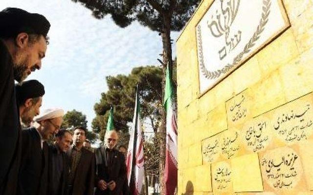 Les responsables iraniens assistent à une cérémonie pour inaugurer un monument à Téhéran, rendant hommage aux soldats juifs tombés - 15 décembre 2014 (Crédit : IRNA)