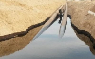 """Déversement de pétrole au nord d'Eilat conduit à """"une vaste contamination"""" à la suite d'un dommage au pipeline Trans-Israël, le 4 décembre 2014. (Crédit : autorisation Eilat Fire Department)"""