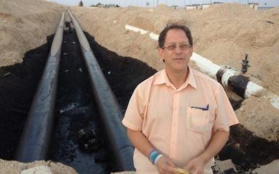 Yosef Abramowitz devant le pipeline Trans-Israel qui a explosé début décembre 2014 à Arava (Crédit : autorisation)
