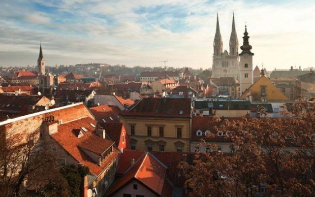 Vue sur Zagreb (http://www.shutterstock.com/pic-124140097/stock-photo-cityscape-of-zagreb-croatia.html?src=zonyBsMn63SQxf9E1ZproA-1-2)